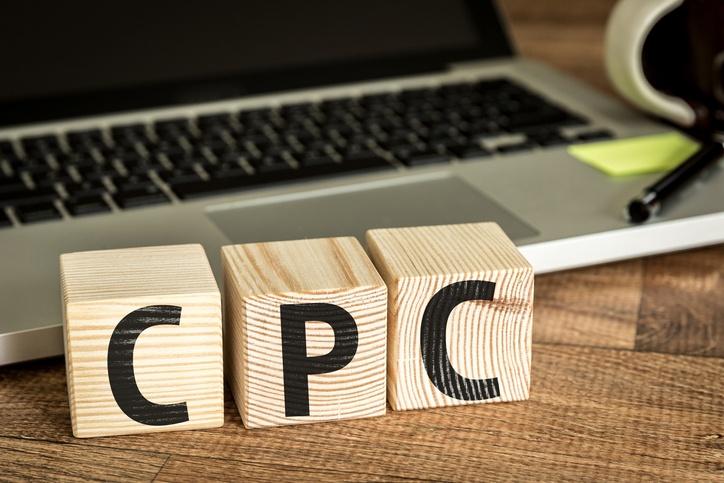Treklosser merket med CPC foran en laptop