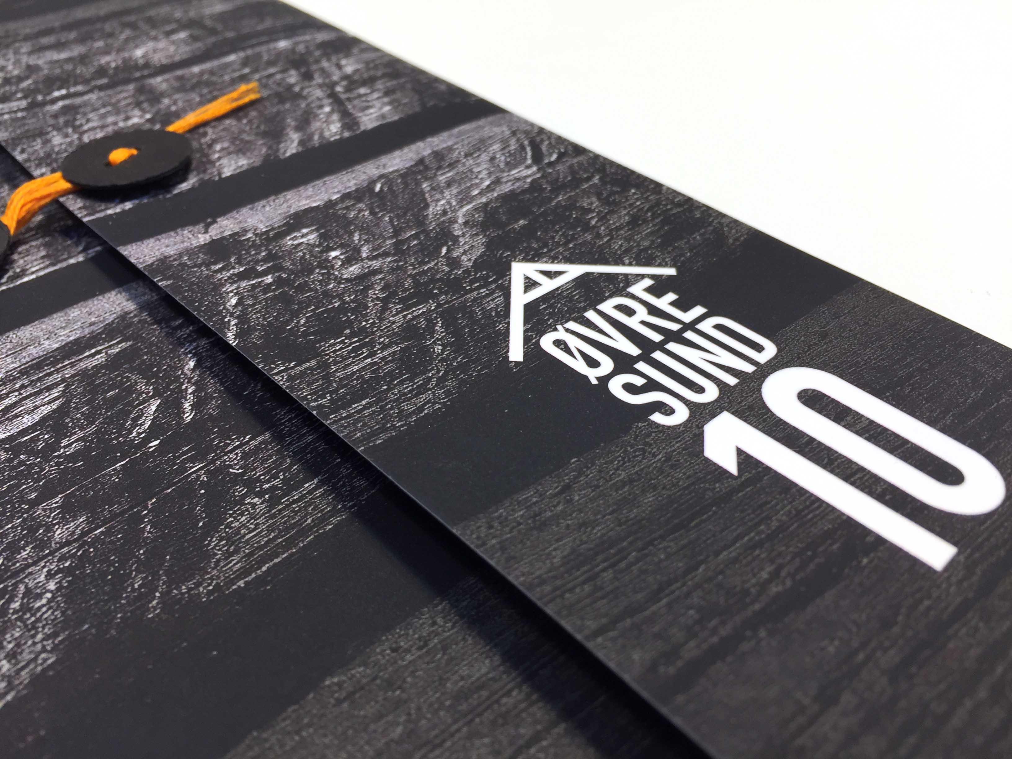 Nærbilde av logo på prospekt laget av Oktan Oslo